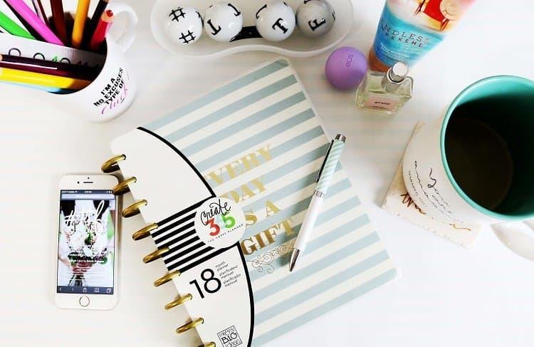 Female entrepreneurs making money online blogging