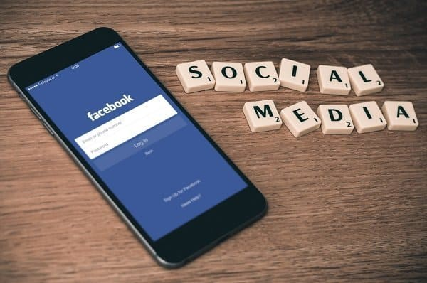 Facebook groups for business is the best place to grow your blog and brand. How to Benefit from Facebook Groups for bloggers. A Bloggers Guide. Get blogging tips, ideas, advice, and learn how to make money blogging from experts in the blogging world #facebookgroups #facebookmarketing #ladiesmakemoney