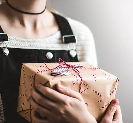 Here are a few amazing ways to make quick cash for the holidays this year. If you are looking for extra holiday cash be sure to follow our 8 steps to making money online from home. How to make money to for christmas. Having Christmas on a budget is now easy with our tips. make money fast, make money for christmas, make money for the holidays, make money quickly, make money. #money #finance #makemoney #christmas #christmascrafts #ladiesmakemoney #christmastime