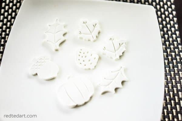 DIY Clay Leaf magnets. This is the best DIY Fal decorating ideas for the porch. Outdoor Fall Decorating ideas for your porch and beyond. Easy fall decorating ideas for your front porch. Lots of simple and inexpensive ideas to help you decorate your home for fall. #falldecor #falldecorations #fallonabudget #homedecorideas