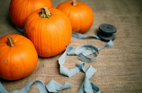 This is the best DIY Fal decorating ideas for the porch. Outdoor Fall Decorating ideas for your porch and beyond. Easy fall decorating ideas for your front porch. Lots of simple and inexpensive ideas to help you decorate your home for fall. #falldecor #falldecorations #fallonabudget #homedecorideas