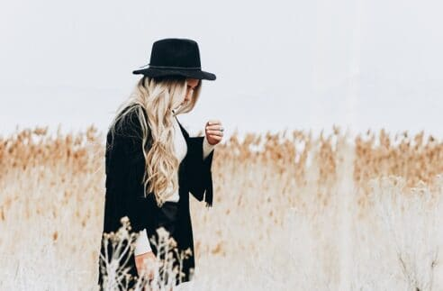 Want to learn more about starting a lifestyle blog? Here are 15 lifestyle bloggers to follow and connect with in order to build relationships. Follow these top 15 lifestyle bloggers today#lifestylebloggers #bloggingtips