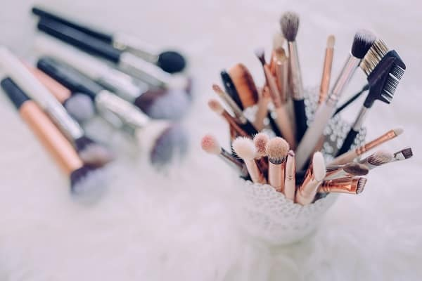 Lazy girl tips on saving money on beauty products. Use these makeup hacks to save money on your cosmetics and beauty products #beautytips #makeuphacks