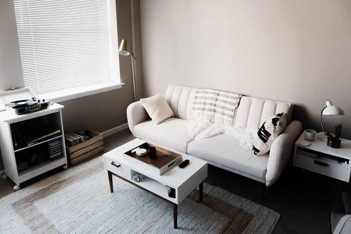 Here is how to decorate your home on a tight budget when you have no money! Do you want to decorate your house but don't have a lot of money to decorate with? #decoratingonabudget