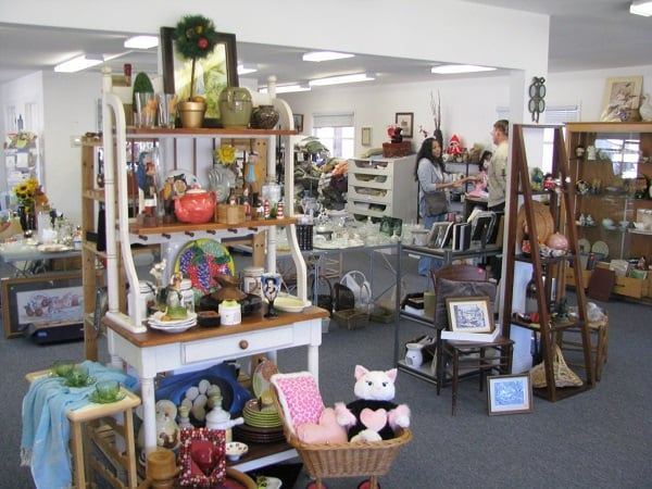 Save money on home decorations by shopping at thrift stores #savemoney
