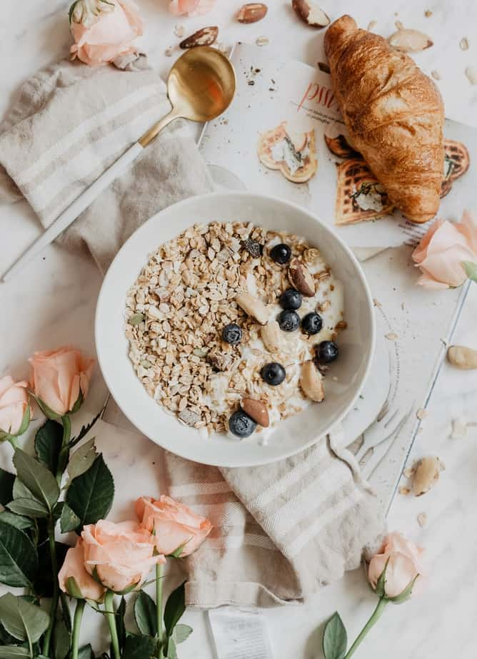 The daily habits of a successful woman requires you to eat a healthy breakfast every morning. Getting things done every morning will help you feel more accomplished every single day!